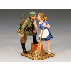 Jeune soldat d'infanterie Allemand et une jeune fille