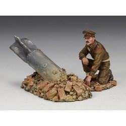 officier des pionniers Britannique examinant une bombe, 1940-1941
