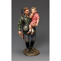 Soldat d'infanterie Allemand de la Wehrmacht portant un enfant
