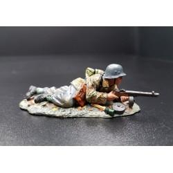 Volksgrenadier Allemand, en attente, fusil mitrailleur Russe dans ses mains