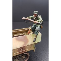 Panzergrenadier Allemand sautant hors d'un véhicule, Normandie été 1944