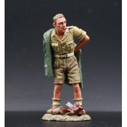 Commando LRDG Britannique s'habillant avec l'uniforme d'un soldat Allemand