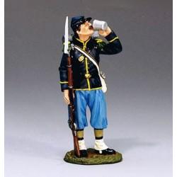 """Soldat d'infanterie Américain de l'Union, """"nordiste"""", buvant avec son quart"""