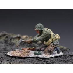 Soldat d' infanterie Américain enterrant une mine, Ardennes-Bastogne 1944-45