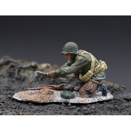 Soldat infanterie Américain enterrant une mine, Ardennes-Bastogne 1944-45