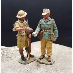 Soldat Britannique donnant à boire à un soldat prisonnier Allemand, Afrique 1941-1943